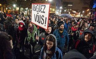Plusieurs milliers de personnes ont manifesté jeudi soir dans les rues de Montréal pour appeler le gouvernement à négocier avec les étudiants opposés à la hausse de leurs droits de scolarité, a constaté un journaliste de l'AFP.