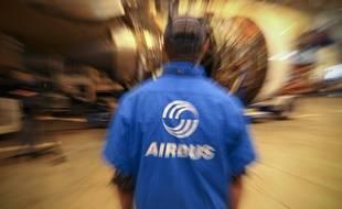 Un salarié d'Airbus sur une chaîne de montage à Colomiers.