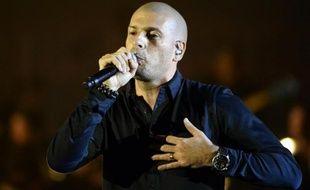 Le rappeur Akhenaton chante après avoir obtenu la Victoire du meilleur album hiphop de l'année le 13 février 2015 au Zénith de Paris