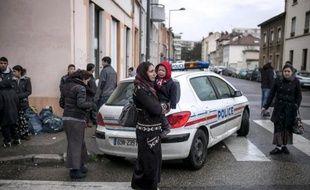 La police a procédé mardi matin à Villeurbanne, près de Lyon, à l'évacuation d'un squat où vivaient une centaine de Roms roumains, dont près de la moitié d'enfants, ont indiqué une association et la préfecture.