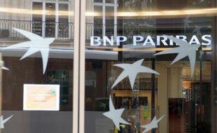Le groupe bancaire BNP Paribas va supprimer 373 postes en France et 1.023 à l'étranger, ont annoncé mercredi les syndicats CGT et CFDT.