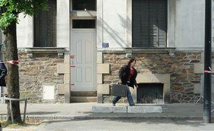 Une enquêtrice devant la maison des Dupont de Ligonnès en 2011.