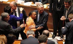 Christiane Taubira et Jean-Marc Ayrault se félicitent après le vote de la loi sur le «mariage pour tous» à l'Assemblée nationale, le 23 avril 2013.