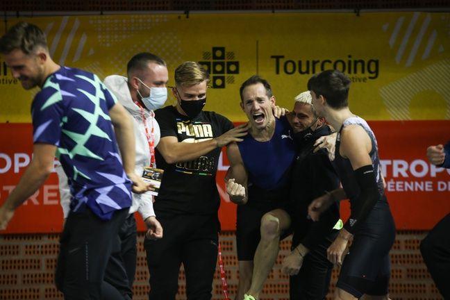Renaud Lavillenie entouré de ses partenaires d'entraînement clermontois après avoir franchi 6,02m.
