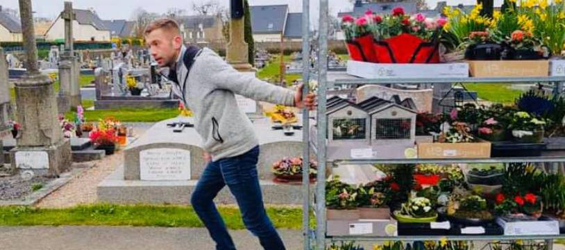 Romain a fleuri les tombes de sa commune dimanche avec son stock de fleurs invendues.
