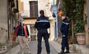 Des gendarmes contrôlent les mesures de confinement à Forcalquier, en mars 2020 (photo d'illustration)