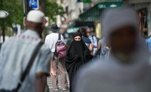 Illustration d'une femme en niqab, à Paris, rue de la Goutte d'Or, en juin 2018.