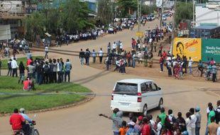 Des personnes se rassemblent à Beni, ville du Nord-Kivu dans l'est de la RDC, après une attaque imputée à des rebelles ougandais aux abords de la ville, le 12 mai 2015
