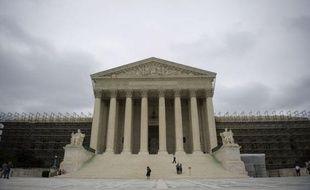 La Cour suprême des Etats-Unis, qui maintient délibérément le suspense sur la question sensible du mariage homosexuel, a fait sa rentrée lundi avec l'examen d'une affaire de complicité d'actes de torture entièrement commis hors des frontières américaines.