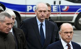 Le préfet de police Michel Cadot entre le procureur François Molins et le ministre de l'Intérieur Bernard Cazeneuve le 18 novembre 2015 à Saint-Denis