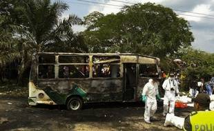 Les corps des enfants qui ont été tués dans l'incendie d'un bus sont extraits, à Fundacion, en Colombie, le 18 mai 2014.