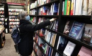 Une dame dans une librairie à Rouen.