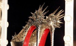 La maison de mode Yves Saint-Laurent (YSL) a annoncé mardi l'abandon de ses poursuites contre le créateur français de chaussures Christian Louboutin, dont les célèbres semelles rouges ont été reconnues par la justice comme marque déposée.