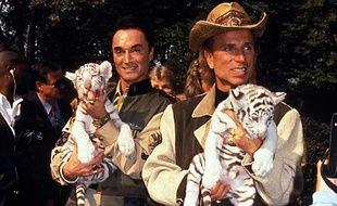 """Roy Horn (à gauche) du duo de prestidigitateurs """"Siegfried and Roy"""" est décédé du coronavirus à Las Vegas, a-t-on appris ce samedi."""