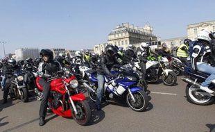 Plusieurs milliers de motards manifestaient dimanche après-midi à Paris pour interpeller les candidats à la présidentielle et protester contre des réformes les concernant