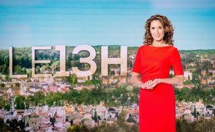 Marie-Sophie Lacarrau présente le 13 heures de TF1.