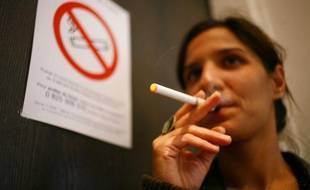 Une femme fume une cigarette électronique au Bourget, le 7 novembre 2007.