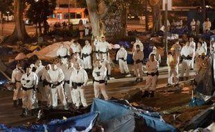 A Los Angeles, environ 500 personnes étaient présentes au moment de l'intervention de la police dans la nuit de mardi à mercredi, selon un photographe de l'AFP. Le démantèlement du camp est finalement intervenu 48 heures après l'expiration d'un ultimatum fixé par le maire de la ville.