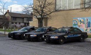 Des voitures de la police de Cleveland (Ohio) sont garées près de l'aire de jeux Cudell, le 24 novembre 2014, deux jours après la mort d'un garçon de 12 ans tué par un policier