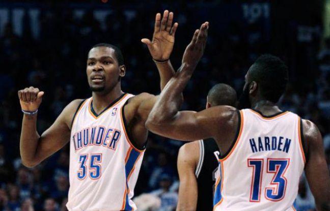 Les joueurs d'Oklahoma City Thunder Durant et Harden  se félicitent de leur parcours contre les Antonio Spurs lors de la quatrième finale de la conférence ouest le 3 juin 2012.