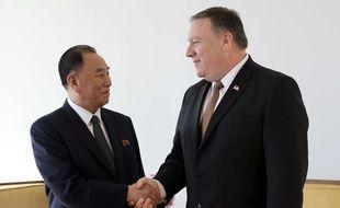 Poignée de mains entre le secrétaire d'Etat américain Mike Pompeo et l'émissaire nord-coréen Kim Yong Chol, en visite à New York, le 31 mai 2018.