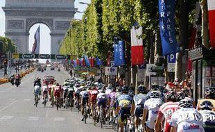 Le peloton du Tour de France à Paris lors de l'arrivée de la dernière étape de l'édition 2012.