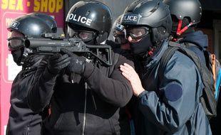 Un policier équipé d'un lanceur de balles de défense, à Nantes en 2016.
