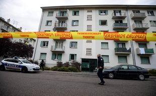 Un périmètre de sécurité a été établi autour de l'immeuble touché par un incendie mortel lundi 2 octobre, à Mulhouse.