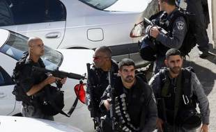 Des membres des forces de sécurité israéliennes à l'extérieur de la synagogue attaquée à Jérusalem Ouest le 18 novembre 2015