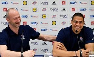 Thierry Omeyer (à gauche) et Daniel Narcisse ont tenu une conférence de presse pour annoncer leur retraite internationale, le 21 mars 2017.