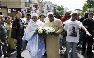 Plusieurs centaines de personnes ont défilé en silence dimanche après-midi dans le XXe arrondissement de Paris pour exiger que toute la lumière soit faite sur les circonstances de la mort, le 17 juin, d'un jeune homme alors que la police était présente.