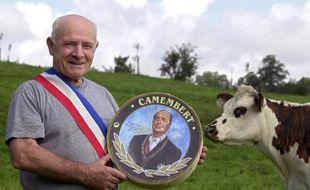 Le 11 juillet 2002, le maire RPR de Camembert, Jean Gaubert, agriculteur et producteur de lait, pose -  avec une vache et de l'herbe chatoyante- à Camembert, avec la boîte du fromage dont l'étiquette est à l'effigie du président Jacques Chirac