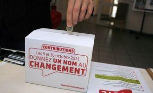 Un électeur donne 1 euro à la primaire socialiste, le 9 octobre 2011 à Bordeaux.