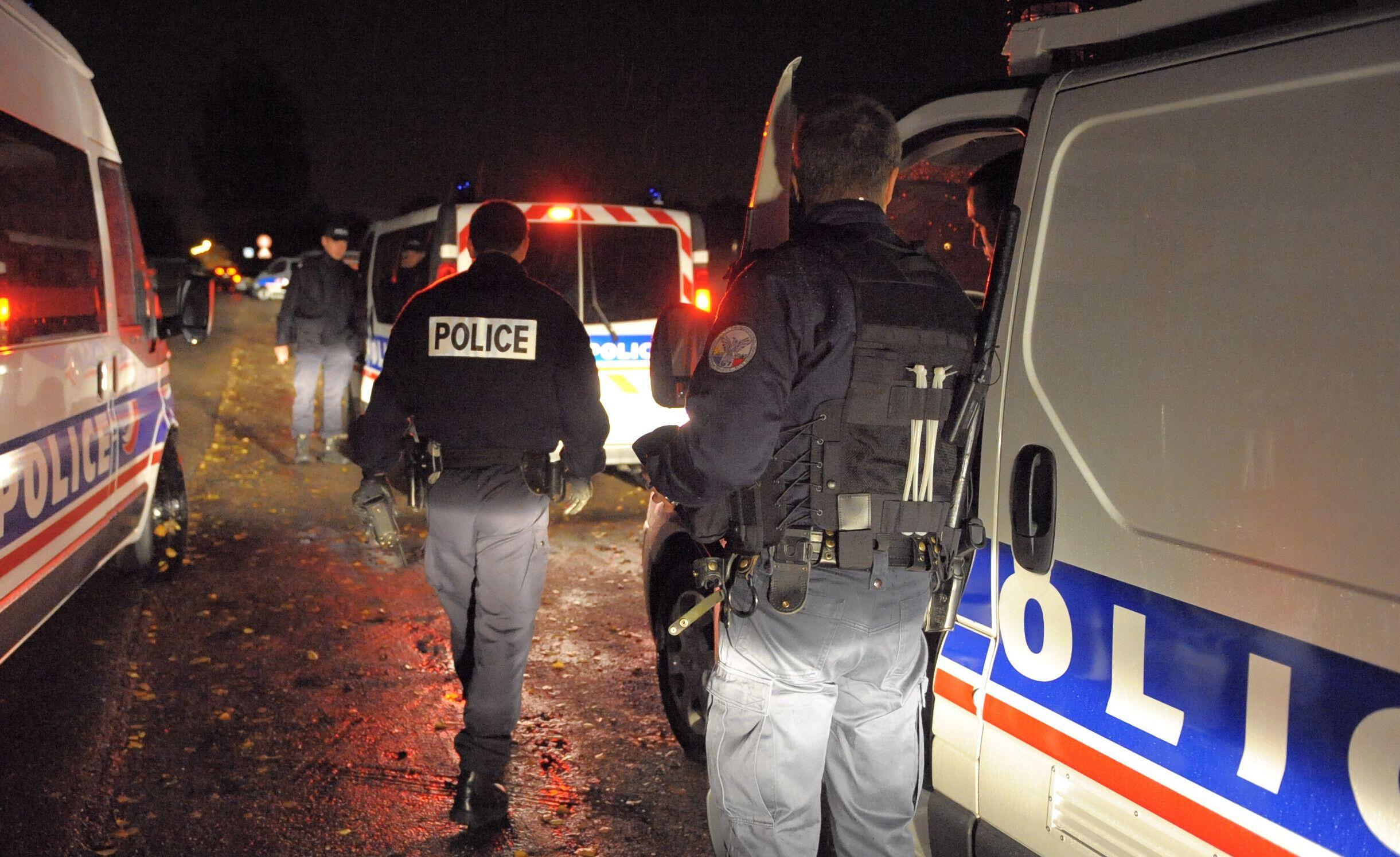Des policiers la nuit. (Illustration)