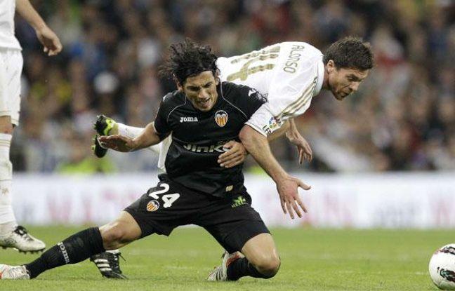 Tino Costa au duel avec Xabi Alonso, le 8 avril 2012