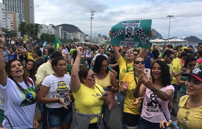 Les Brésiliennes ont manifesté en faveur du candidat Jair Bolsonaro sur la plage de Copacabana à Rio de Janeir.