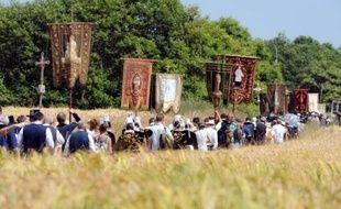 """Des milliers de pèlerins ont emboîté le pas à l'évêque de Quimper dimanche à 14H00, sous un soleil de plomb, pour emprunter le parcours de 12 km de la Grande Troménie de Locronan (Finistère), l'un des plus anciens """"pardons"""" bretons, qui n'a lieu que tous les six ans."""