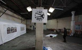 L'association d'aide aux sans papiers No Border a loué un hangar pour y accueillir des migrants, en févreier 2010, à Calais.