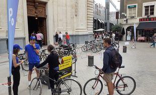 Un parc à vélos surveillé installé vers le Grand Hôtel Dieu à Lyon, lors de la piétonisation de la presqu'île.