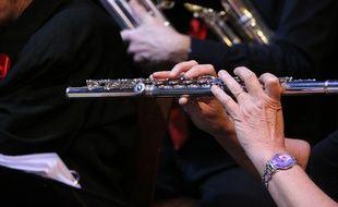 Elizabeth Rowe, première flûtiste dans un orchestre, affirme être moins payée que les hommes.