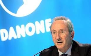 Quatrième en 2008, le PDG de Danone, Franck Riboud, garde la même place en 2009. Le patron du leader mondial de l'agroalimentaire a ainsi touché 5,9 millions d'euros. Son groupe s'est de son côté plutôt bien sorti de la crise économique avec une hausse de 3,2% de son chiffre d'affaires l'année dernière.   A côté de son salaire fixe (1 million d'euros), Franck Riboud a reçu une rémunération variable et un bonus de 3,3 millions d'euros et pour 1,5 million d'euros de stock-options.