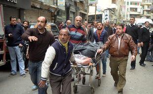 Evacuation d'un corps après l'attentat contre une église copte à Alexandrie le 9 mars 2017