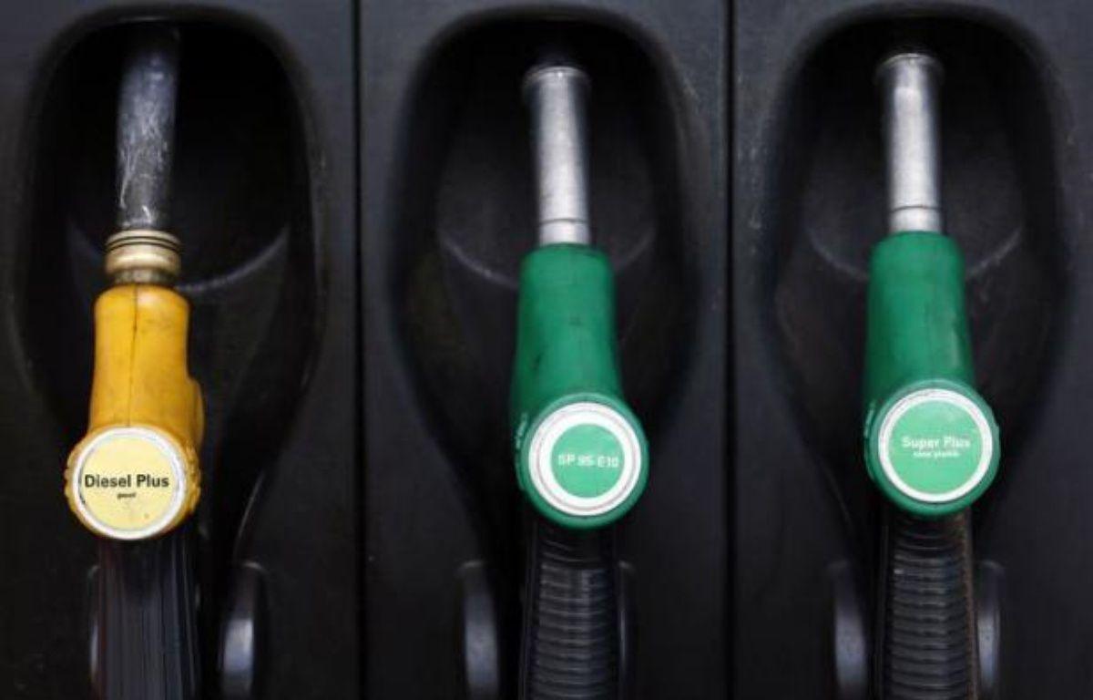 Le gouvernement a annoncé lundi que la baisse des prix des carburants devrait être proche de 2 à 4 centimes, une mesure qui peine à convaincre les consommateurs alors que le gazole n'en finit pas de flamber, et qui divise les professionnels, en désaccord sur le soutien qu'on leur réclame. – Patrick Kovarik afp.com