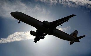 Illustration d'un avion dans les airs.