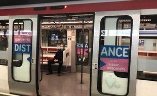 Illustration dans une rame de métro à Lyon.