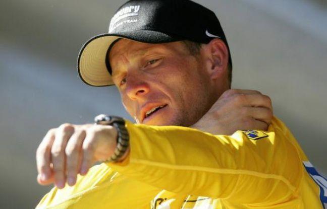 Le cycliste américain Lance Armstrong enfilant le maillot jaune du Tour de France le 20 juillet 2005.