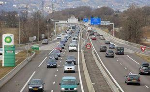 Les départs pour les vacances de Noël entraînaient samedi matin une forte affluence sur les routes, dans les aéroports et les gares, sans difficultés particulières hormis 133 km de bouchons cumulés, selon Bison futé.