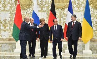 Les présidents biélorusse, Alexander Loukashenko, et russe, Vladimir Poutine, la chancelière allemande, Angela Merkel, et les présidents français François Hollande et ukrainien, Petro Poroshenko, à Minsk,le 11 février 2015.