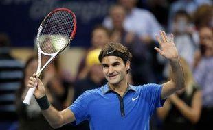 Le numéro un mondial, le Suisse Roger Federer, s'est qualifié vendredi pour les demi-finales du tournoi ATP de Bâle en battant de façon expéditive le Français Benoît Paire 6-2, 6-2, et affrontera samedi un autre Français en la personne de Paul-Henri Mathieu.