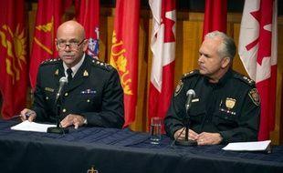 Le chef de la Gendarmerie royale du Canada, Bob Paulson (g) et le chef de la police Charles Bordeleau, lors d'une conférence de presse à Ottawa, le 23 octobre 2014